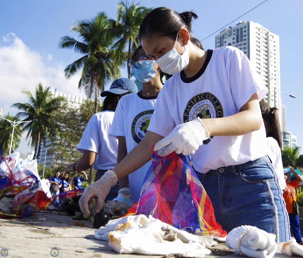 NU-APC students help in cleaning up Manila Bay